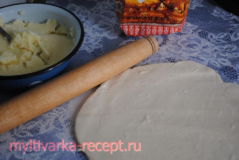Раскатываем тесто для пирога