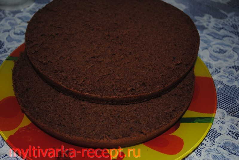 Разрезаем бисквит для торта «Прага» в мультиварке